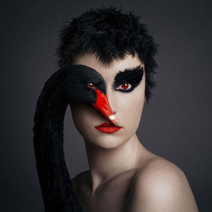 """Esta fotógrafa se hace autorretratos con animales en su colección """"Animeyed"""" (13 fotos nuevas)"""