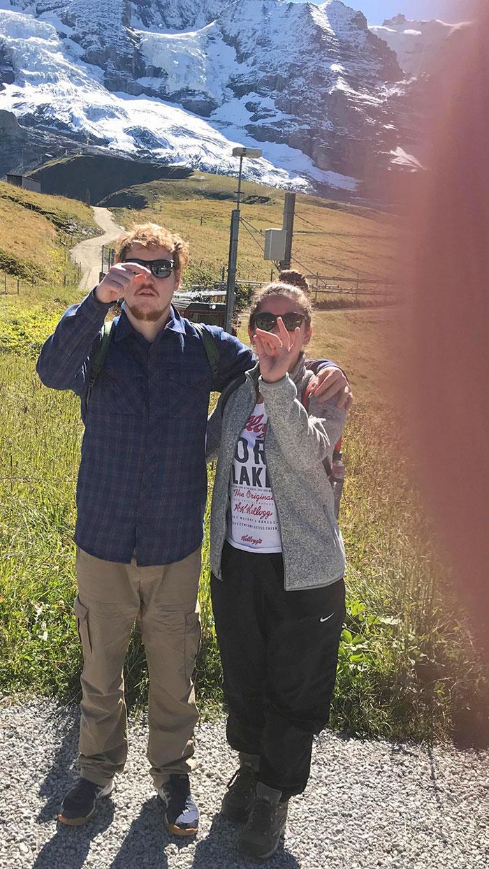 Intentando explicar al suizo de 70 años que se ofreció a hacernos una foto que su dedo tapaba el objetivo
