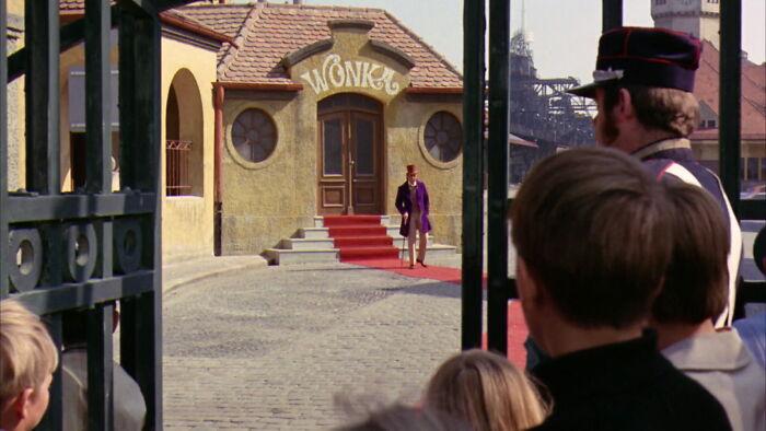 Willy Wonka no le dio a Charlie la fábrica como recompensa. Fue un castigo como el que le dio a todos los demás niños, salvo que éste fue el peor de todos
