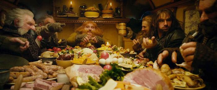 Por sugerencia de Gandalf, los enanos se comieron toda la comida de Bilbo para que nada estuviera caducado y podrido cuando volviera