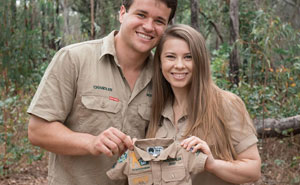 Bindi, la hija de Steve Irwin, regala a su bebé su primer uniforme del zoo Australia