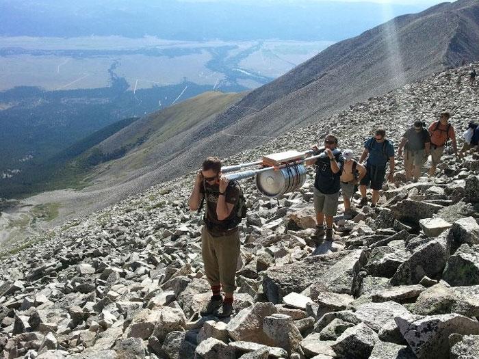 Mis amigos marines y yo subimos un barril a una montaña de 4.267 metros de altura para una despedida de soltero
