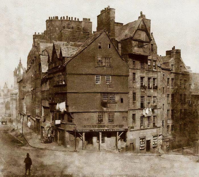 Casa Bowhead, Edimburgo, Escocia. Construida a principios del siglo XVI, fue demolida en 1878. Muchos lugareños lloraron la pérdida, ya que consideraban la casa como una de las reliquias más distintivas de la antigua ciudad