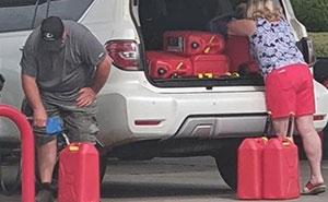 """20 Fotos que muestran a los estadounidenses enloquecidos por la """"escasez de gasolina"""" que prácticamente han creado ellos mismos"""