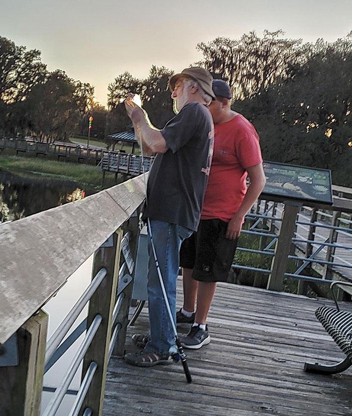 Salí a pescar con mi abuelo esta tarde y había un niño que tenía algún tipo de discapacidad mental