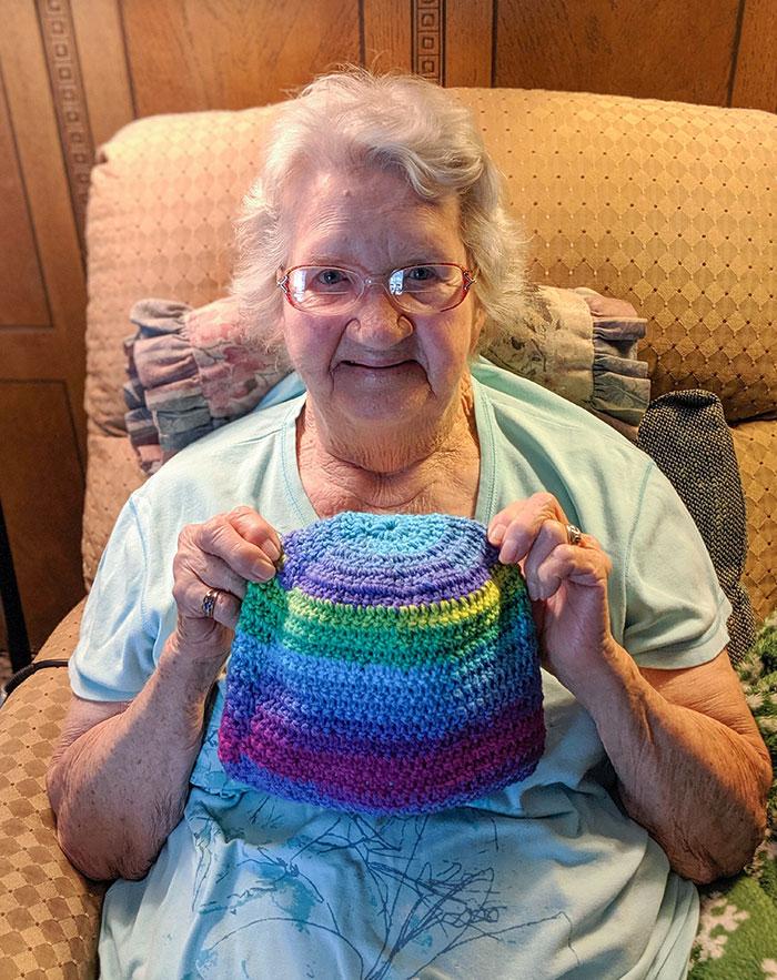 """Todos los años mi abuela de 90 años hace gorros de ganchillo para los niños necesitados. Este año, una de sus adolescentes asignadas escribió que era bisexual en la sección """"Sobre ti"""""""