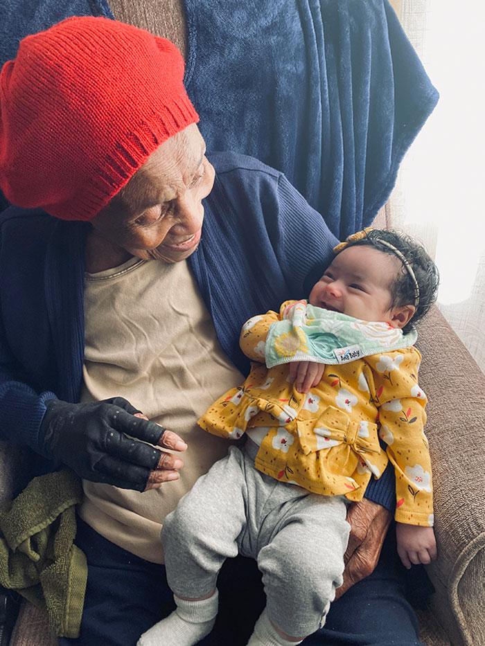 Mi bisabuela, que cumplirá 103 años el día de San Valentín, se ríe con mi hija de 2 meses