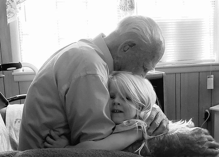 100 años de diferencia. Mi abuelo en su 103º cumpleaños con mi hija de 3 años. Esta foto no tiene precio para mí