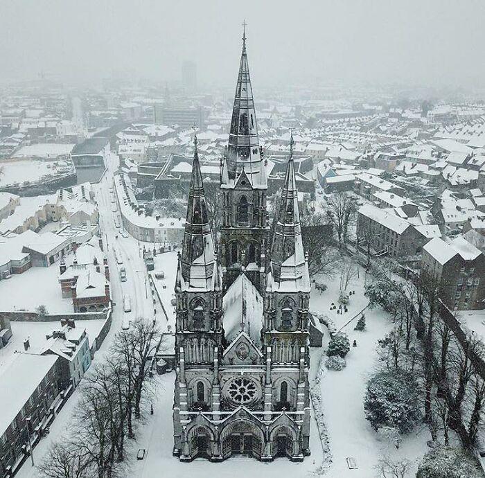 Cork, Irlanda, cubierta por un manto de nieve fresca