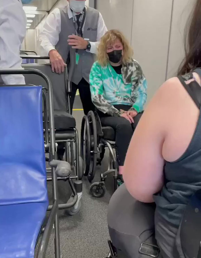 Internet denuncia a Delta Airlines por romper la silla de ruedas de esta mujer y hacerla llorar