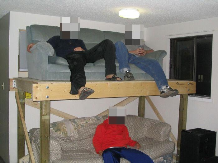 Les presento el sofá de dos pisos. Ideal para la noche de juegos con los chicos