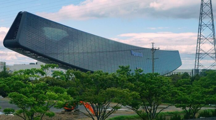"""The """"Solar Ark"""", A Massive Building In Japan Comprised Of 5,046 Solar Panels"""