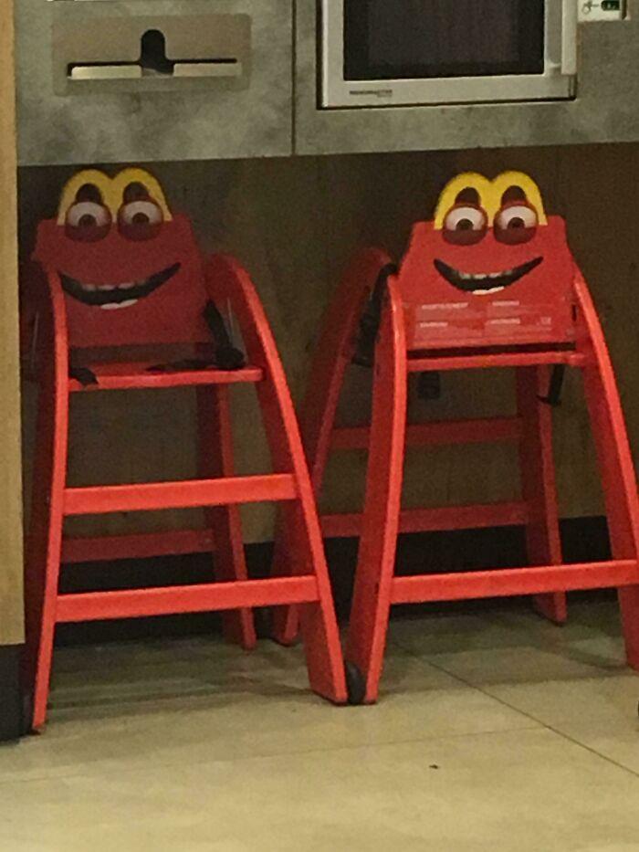 Estas sillas para niños en un Mcdonalds belga