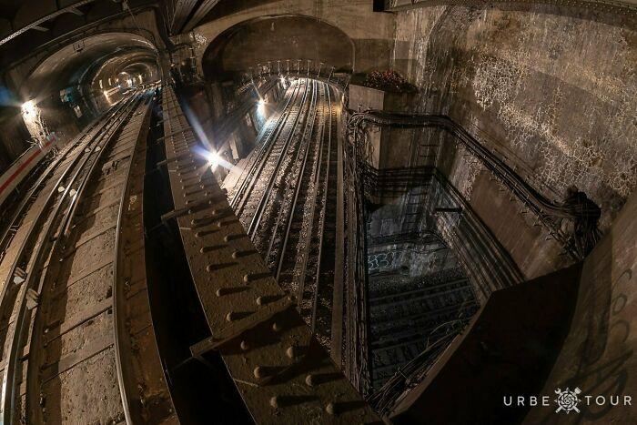 Tres líneas de metro subterráneas que se cruzan en la plaza de la Ópera de París