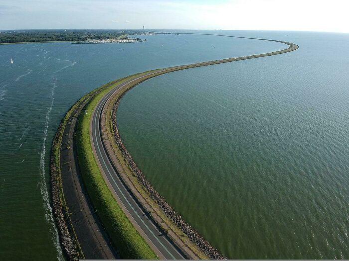 Una vista parcial de la presa Houtribdijk, de 30 km de longitud, en los Países Bajos. De nuevo, ¡déjalo en manos de los holandeses!