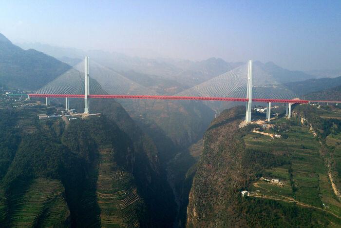 El puente de Beipanjiang, que atraviesa el río Nizhu en China a una altura de 565 metros