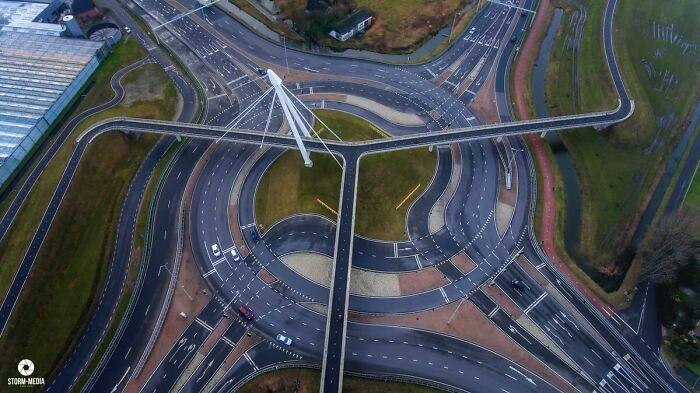 Glorieta y puente para bicicletas en los Países Bajos