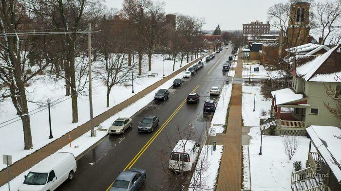 El centro de Holland, Michigan, tiene calles y aceras calefactadas que derriten la nieve y el hielo. El sistema utiliza las aguas residuales de una central eléctrica cercana que circulan por 120 millas de tuberías de plástico bajo el pavimento. Puede derretir 2.5 cm de nieve por hora incluso a 6 grados centígrados bajo cero.