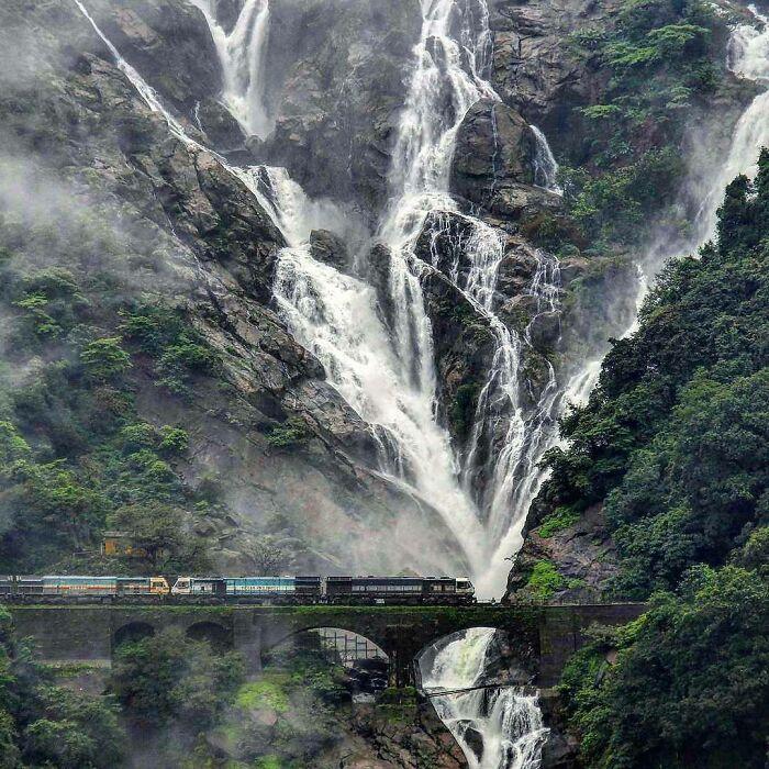 Cataratas de Dudhasagar (Mar de Leche), Goa, India