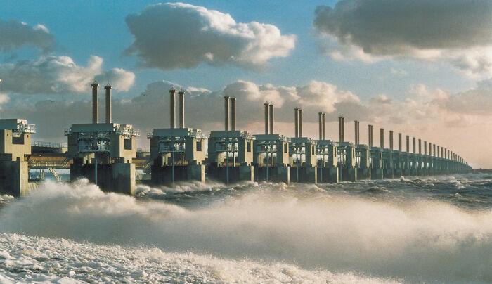 Las obras del Delta en los Países Bajos, que constan de 13 partes, forman la mayor barrera contra tormentas del mundo y fueron declaradas una de las siete maravillas del mundo moderno por la Sociedad Americana de Ingenieros Civiles