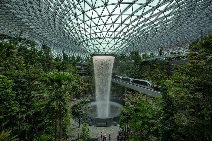 Skytrain en el aeropuerto Jewel Changi de Singapur