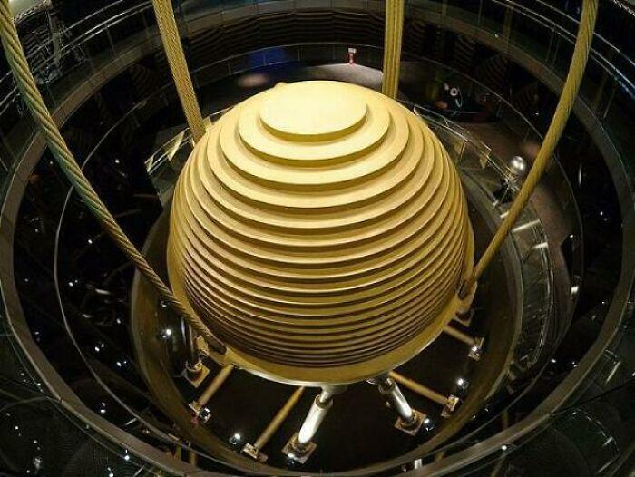 El amortiguador de masas del rascacielos Taipei 101. Un amortiguador de masa sintonizada es un dispositivo que se monta en las estructuras para reducir la amplitud de las vibraciones mecánicas. Su aplicación puede evitar molestias, daños o directamente el fallo de la estructura
