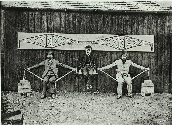 Ingenieros de proyectos demostrando los principios de voladizo del puente Forth en Escocia, 1887
