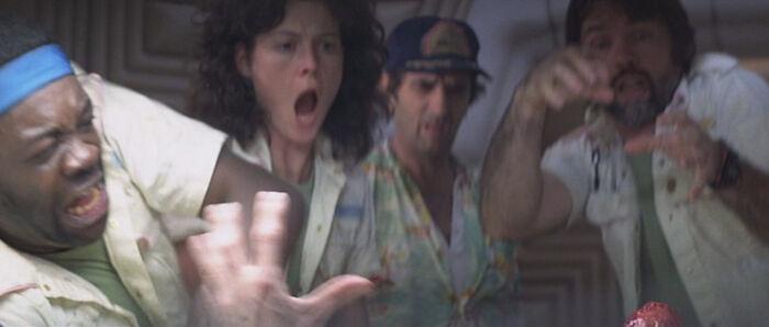 Para la escena de la explosión del pecho en Alien (1979), los efectos utilizados para lograr la escena se mantuvieron deliberadamente en secreto para los actores, cuyas reacciones de sorpresa y conmoción fueron completamente genuinas