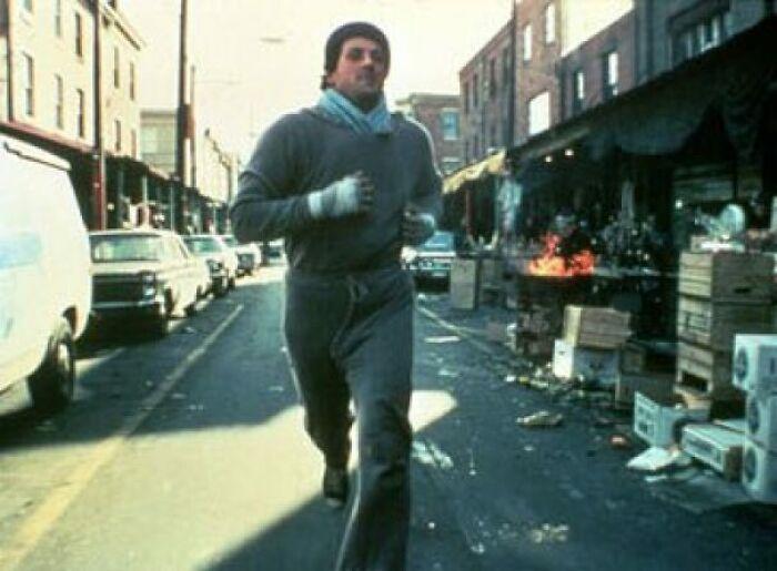 En Rocky (1976), cuando corre por el mercado italiano, las expresiones de diversión de la gente al verlo son genuinas, ya que no tenían idea de por qué un hombre corría de un lado a otro seguido por una camioneta. El hombre que le lanza la naranja fue completamente espontáneo