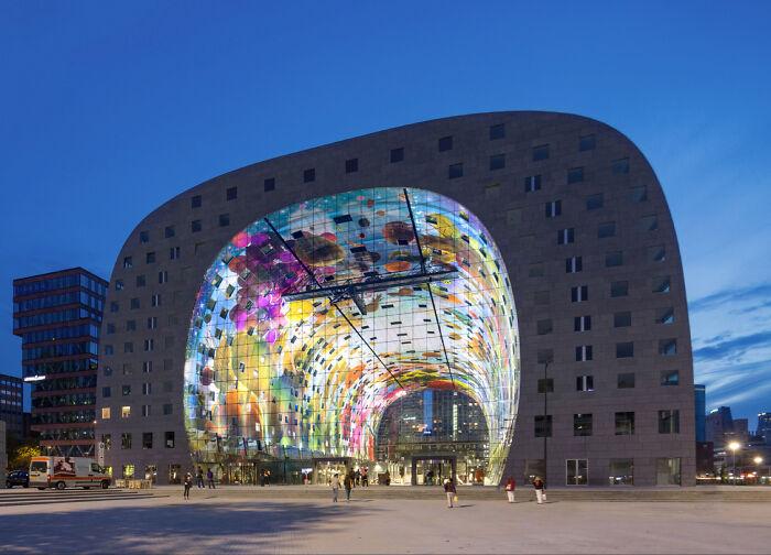 Hay un enorme mercado abierto en los Países Bajos con apartamentos en su interior