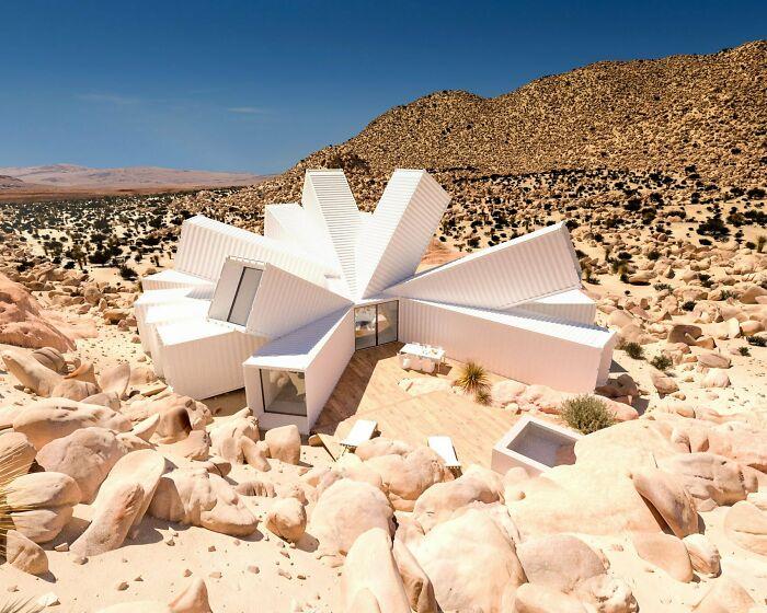Casa de contenedores en el desierto