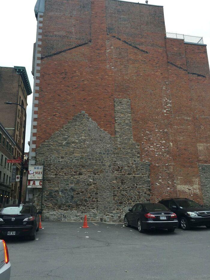 La evolución de este edificio se puede ver en su fachada