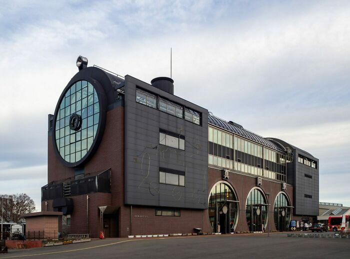 Estación de tren japonesa en Moka con forma de una locomotora