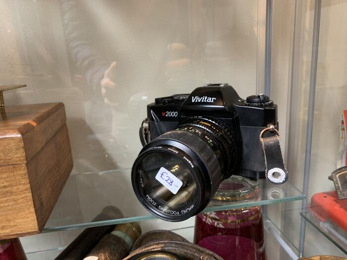 Tiendas de empeño que ponen etiquetas de precio en la lente de la cámara. No hay forma de que eso salga limpio