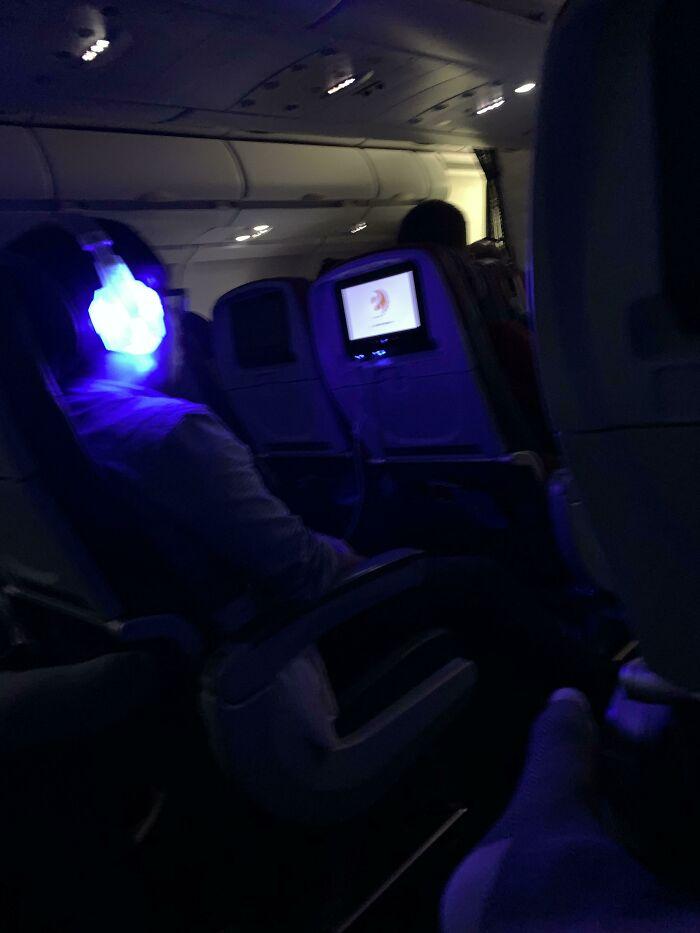 Este tipo en mi vuelo de 9 horas acaba de enchufar a estos chicos malos una vez que apagaron las luces a las 11:30 p.m.