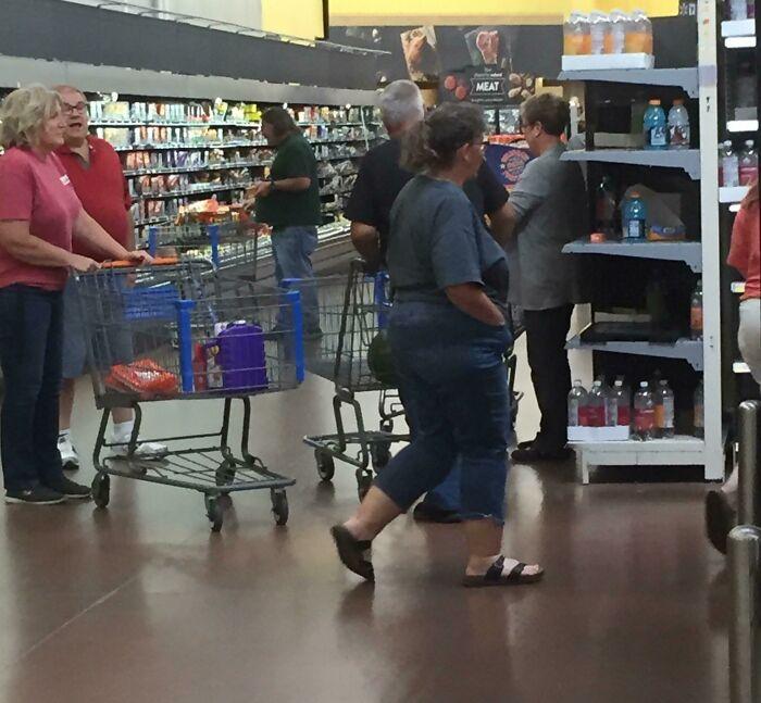 La gente que bloquea constantemente el paso de las tiendas para quedarse de pie y conversar