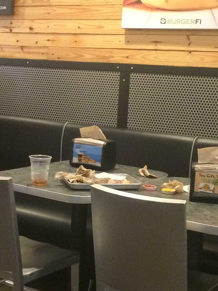 La gente que se va de los sitios de comida rápida así