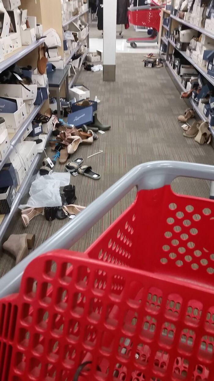 Los imbéciles que dejan los estantes de las tiendas así