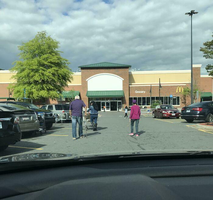 La gente que camina en medio del carril de los coches