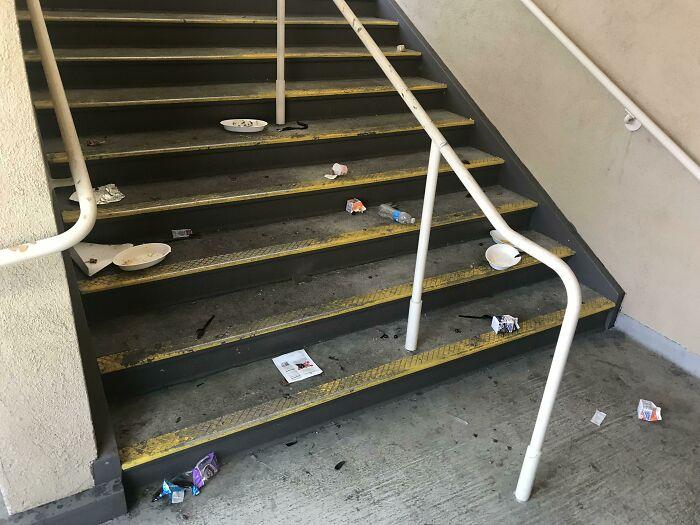 La gente que bloquea las escaleras de mi escuela y luego las deja así