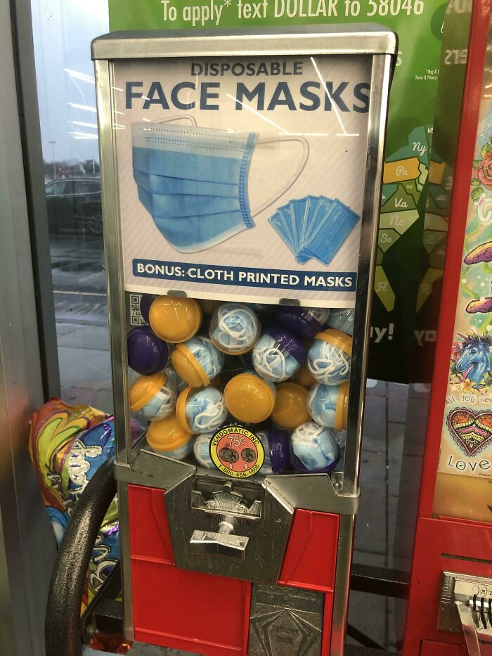 Una máquina expendedora de mascarillas en la tienda del dólar
