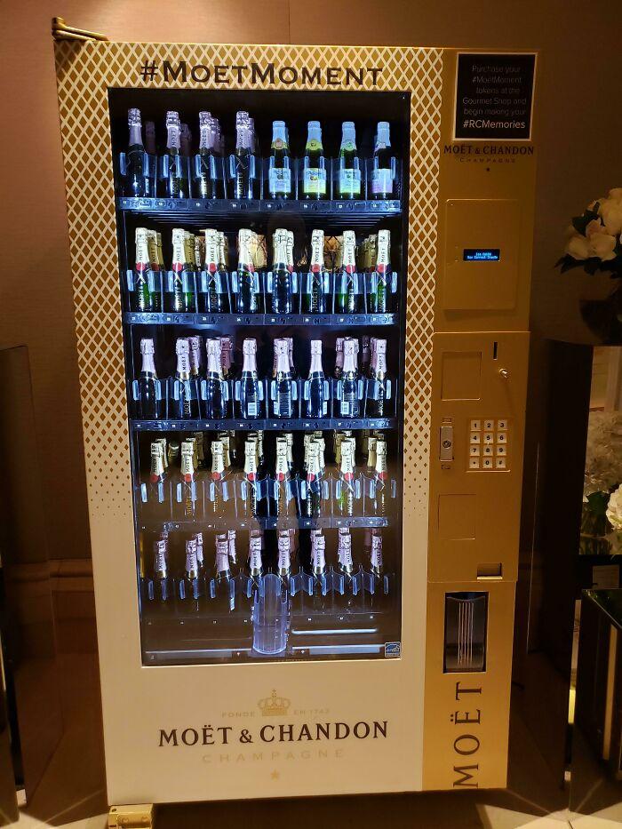 El hotel en el que me hospedo tiene una máquina expendedora de champagne