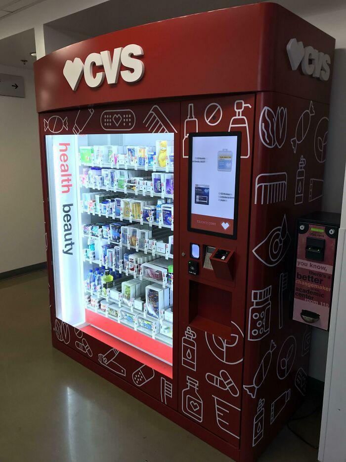 Mi escuela acaba de instalar una máquina expendedora de CVS llena de medicamentos y productos de higiene