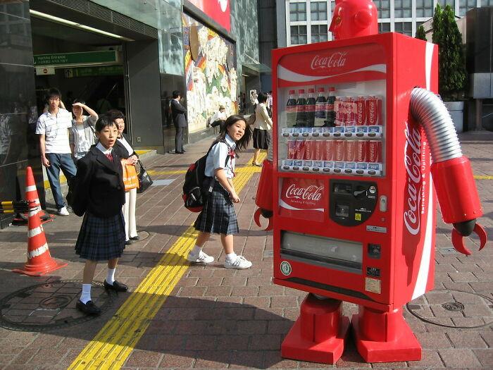 Máquina expendedora que camina como un robot japonés