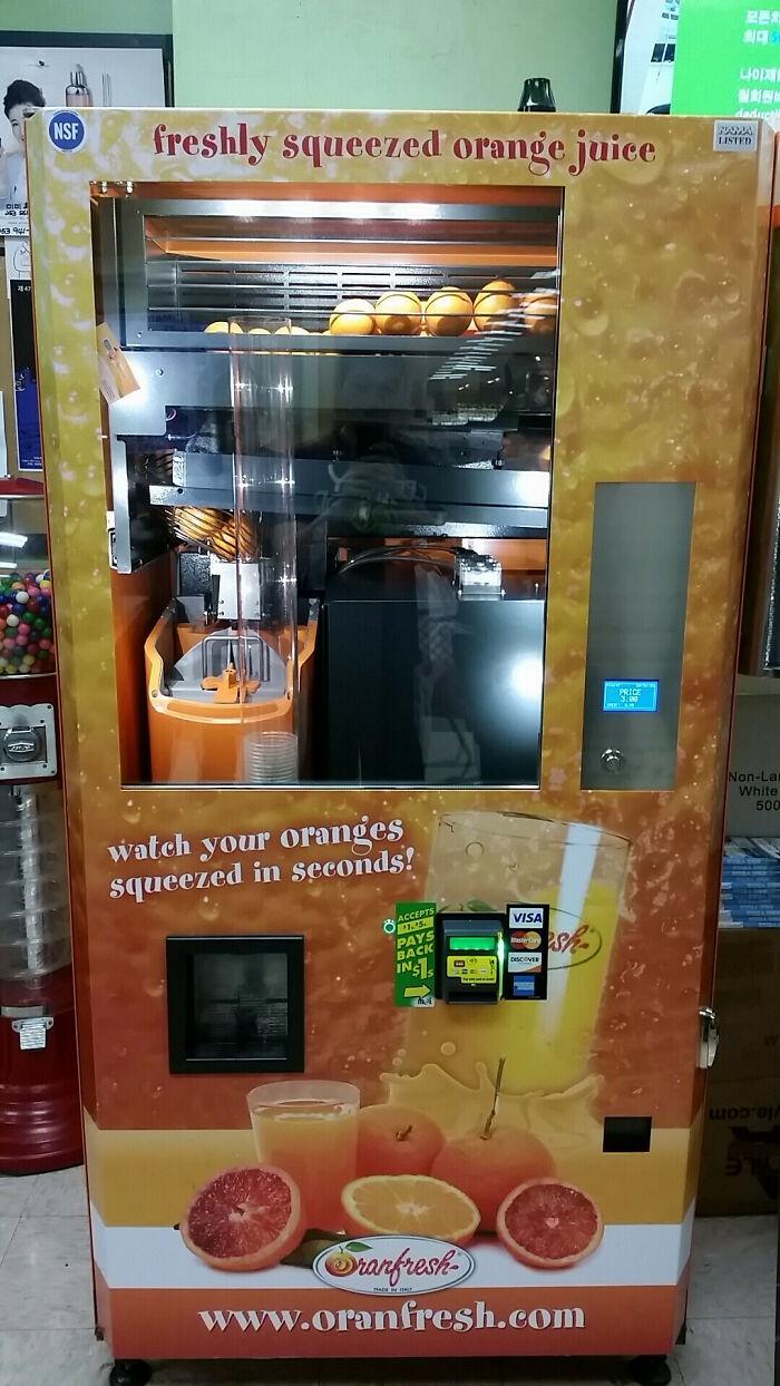 Esta máquina expendedora te exprime jugo de naranja fresco