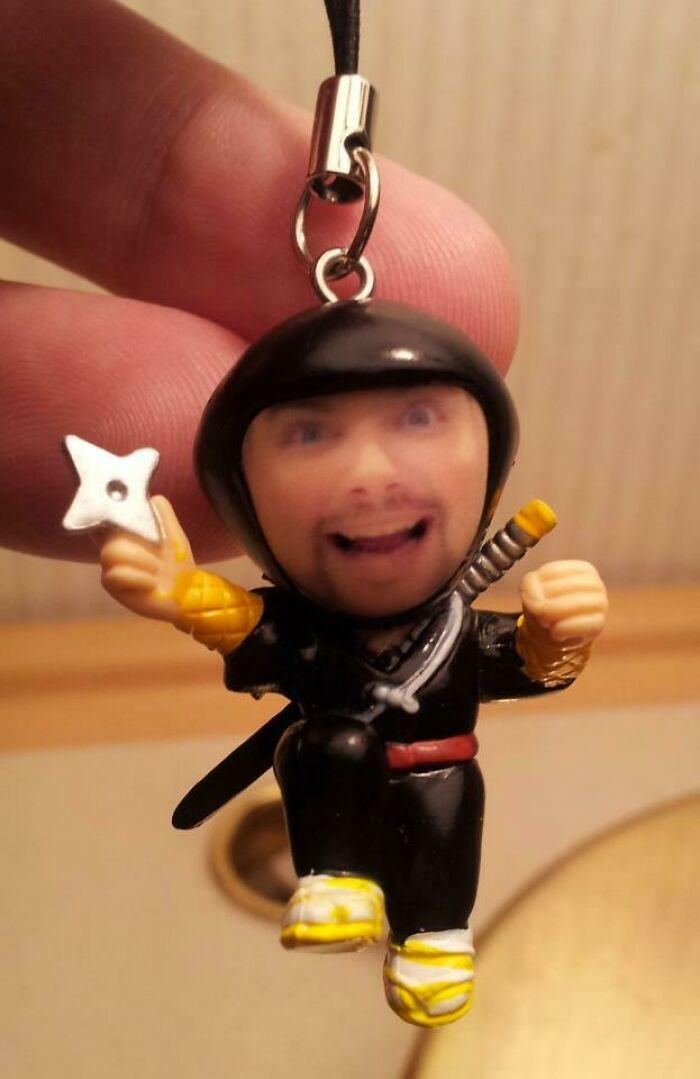 Encontré una máquina expendedora en Japón que pone tu cara en figuritas. Siempre quise ser un ninja