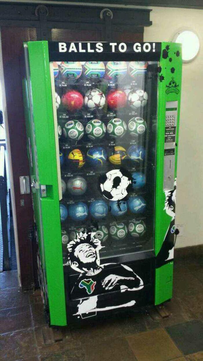Máquina expendedora de balones de fútbol en Sudáfrica