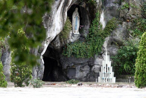 612206-grotte-massabielle-lourdes-vierge-serait-60c718b2be8b4.jpg