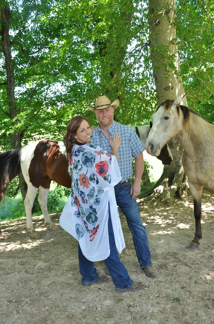 Hilarious Horse Photobombs Maternity Photo Shoot With Infectious Smile, Goes Viral