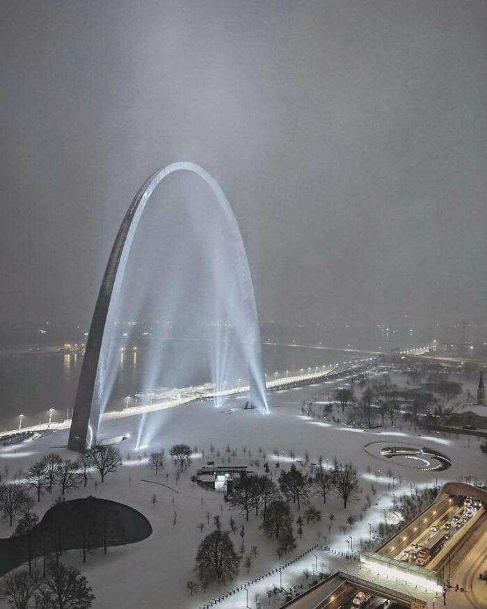 El arco Gateway en San Luis, Missouri, durante la reciente tormenta de nieve